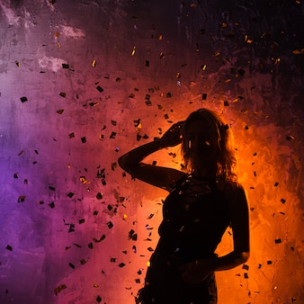 Attractive girl silhouette dans les confettis