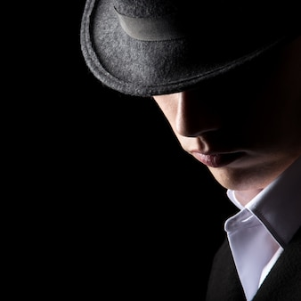 Attractive homme méconnaissable dans un chapeau