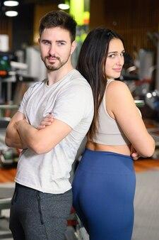 Attractive jeune couple après l'entraînement dans la salle de fitness.