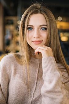 Attractive positive élégante jeune femme au café