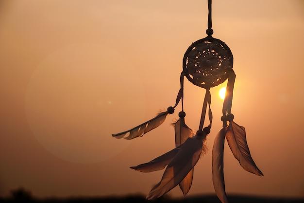 Attrape-rêves avec fil de plumes blanches et ficelle perlée attrape-rêves fait mainla lumière de l'ensemble
