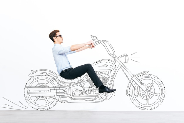 Attrape le si tu peux! beau jeune homme conduisant une moto dessinée sur fond blanc