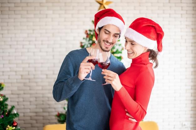 Attrayant couple caucasien d'amour célèbrent noël à la maison