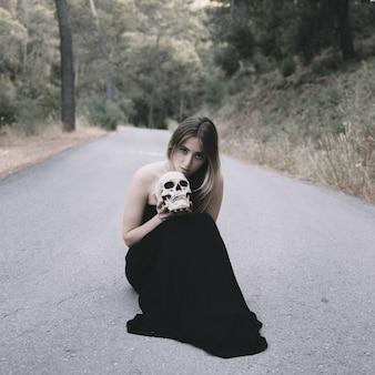 Attrayant, femme, séance, route, tenue, artificiel, crâne, homme