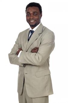 Attrayant homme d'affaires africain un sur fond blanc
