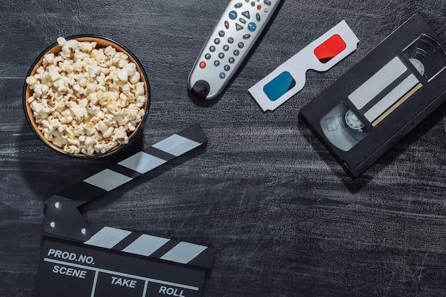 Attributs de film sur un tableau noir à la craie. industrie du divertissement, cinéma. espace de copie. vue de dessus