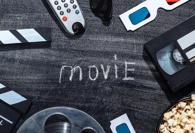 Attributs de film sur un tableau noir à la craie. industrie du divertissement, cinéma. vue de dessus