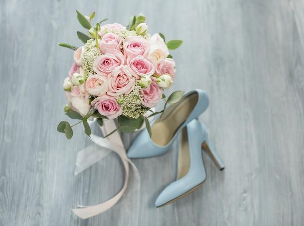 Attributs de mariage élégants de la mariée.