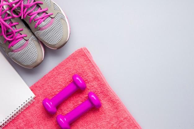 Attributs de sport rose plat avec carnet