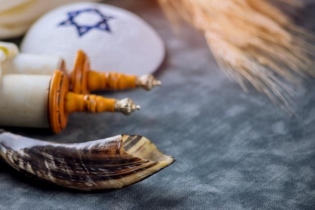 Attributs et symboles de la tradition religieuse de la fête juive