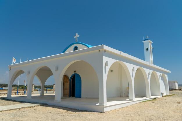 Au bord de la mer se trouve la chapelle et la grotte d'ayia thekla.