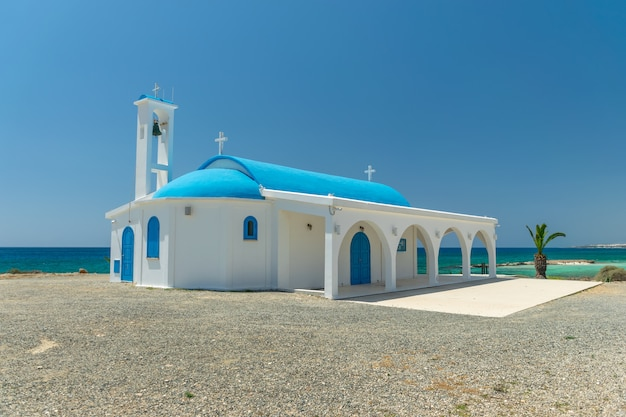 Au bord de la mer se trouve la chapelle et la grotte