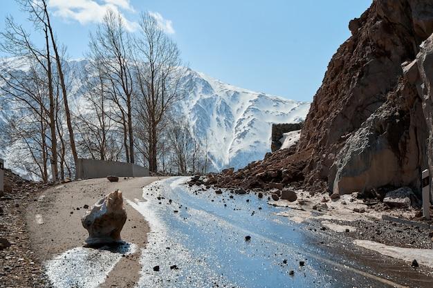 Au début du printemps dans les montagnes. les rochers sont tombés sur la route. route de clairon dangereuse. chute de pierres dans les montagnes