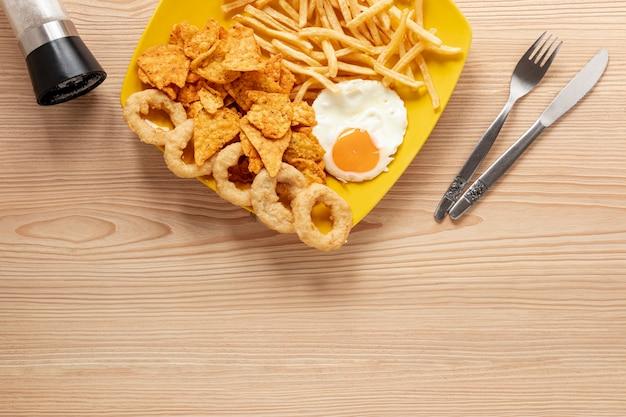 Au-dessus du cadre avec des œufs et des frites