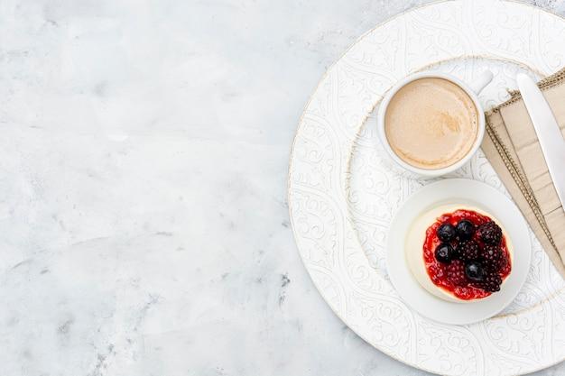 Au-dessus du cadre de vue avec un délicieux petit-déjeuner et un espace de copie