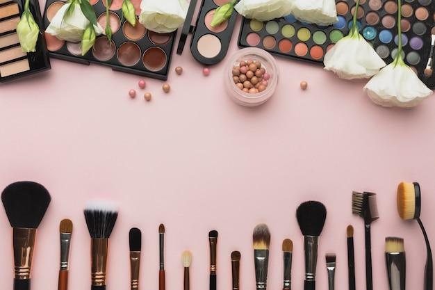 Au-dessus du cadre de vue avec des palettes de maquillage et des pinceaux