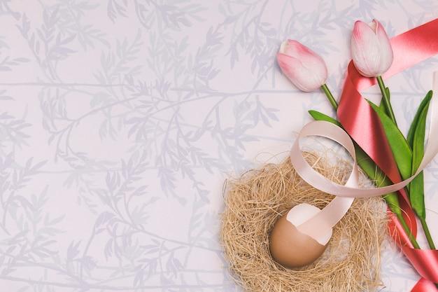 Au-dessus du cadre de vue avec des tulipes et un espace de copie