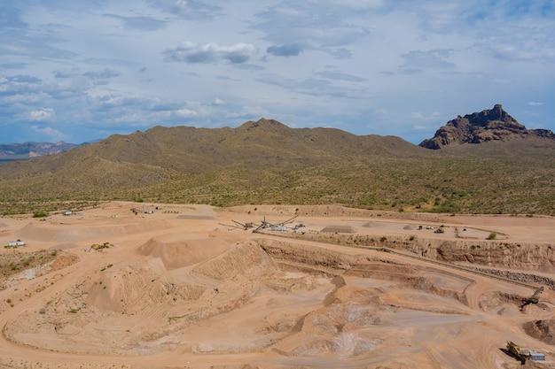 Au-dessus d'une mine à ciel ouvert et de l'industrie minière dans le désert de l'arizona aux états-unis