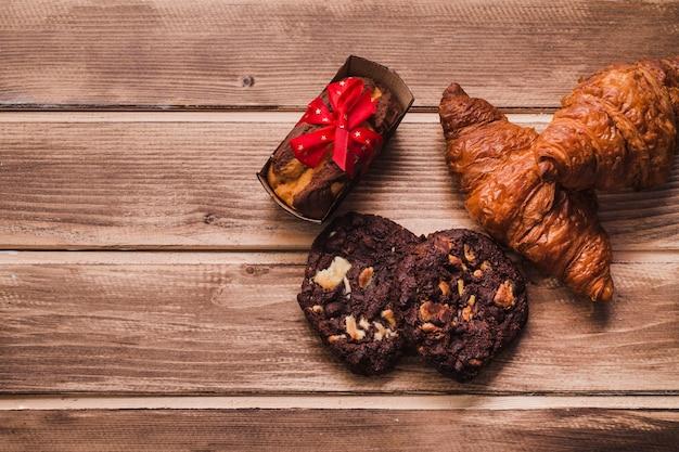 D'au-dessus des pâtisseries sur la table en bois