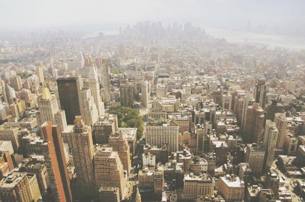 Au-dessus des toits des bâtiments
