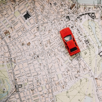 Au-dessus de la voiture sur la carte de la ville