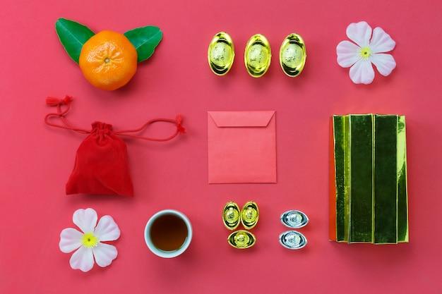 Au-dessus de la vue de la décoration de haut concept de contexte happy year nouvelle année. mélanger les éléments essentiels sur le papier peint rouge rustique moderne.accessoire nécessaire pour le festival. espace libre pour la conception créative.
