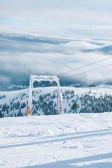 Au-dessus de la vue du ciel du joug de ski dans les montagnes journée ensoleillée