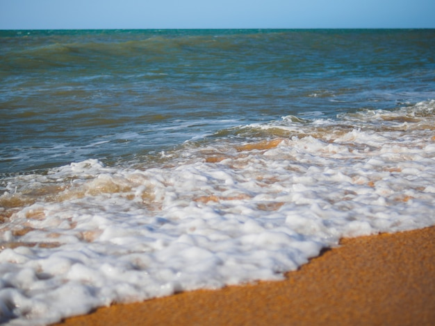 Au matin la mer apparut écume
