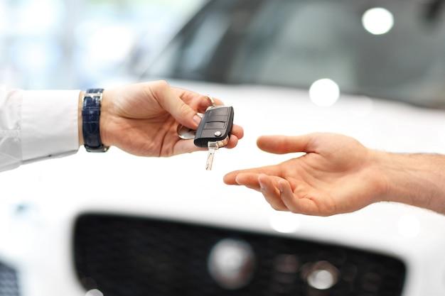Au milieu du jeune couple achetant une nouvelle voiture dans une salle d'exposition