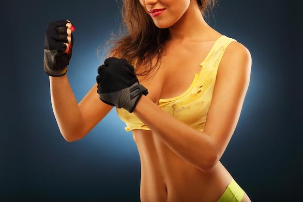 Au milieu de la femme en posture de boxe