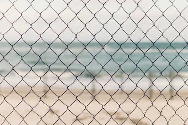 Au premier plan se trouve la grille, au fond la mer