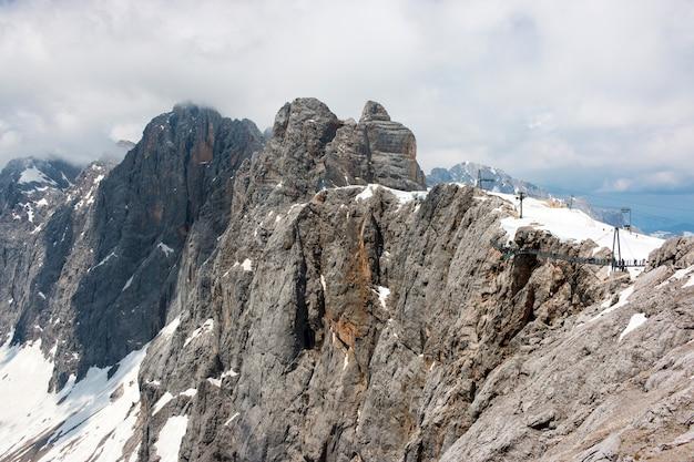 Au sommet du dachstein et vue sur les montagnes alpines. parc national en autriche, europe. ciel bleu et nuageux en journée d'été