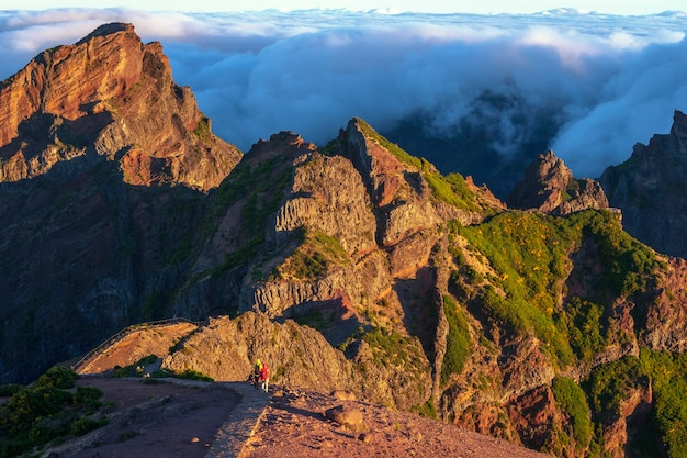 Au sommet de l'île de madère avec les touristes marchant vers pico ruivo par sentier de randonnée