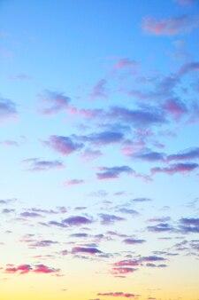 Aube - ciel du matin avant le lever du soleil avec de petits nuages