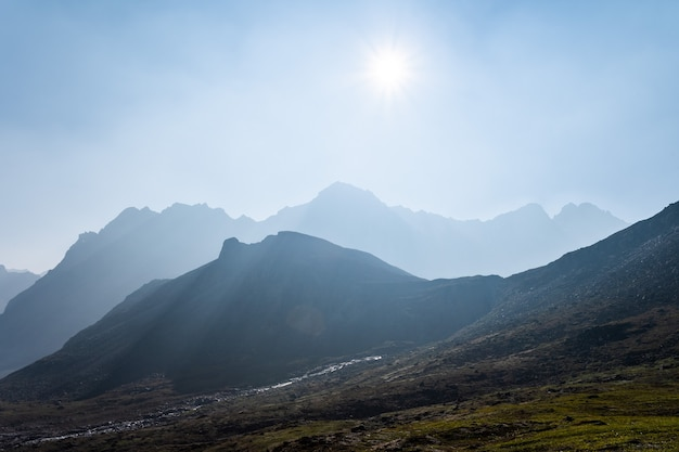 Aube du matin dans les montagnes.
