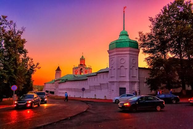 L'aube du soir illumine le kremlin dans la ville de yaroslavl en été