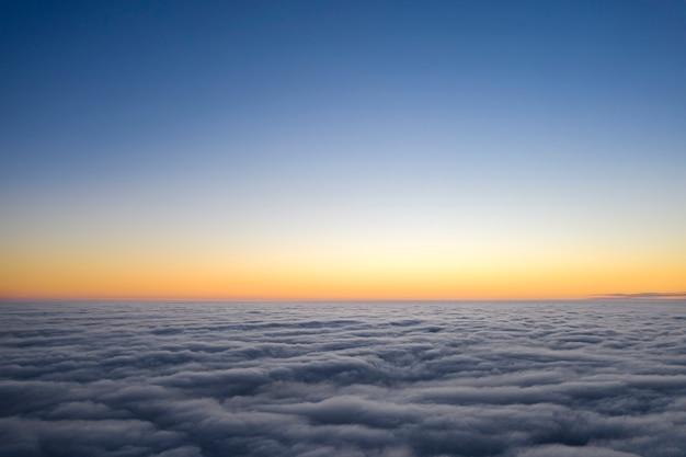 Aube jaune et bleue sur les nuages, concept, voyages et loisirs.