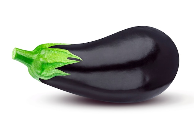 Une aubergine entière isolée sur blanc