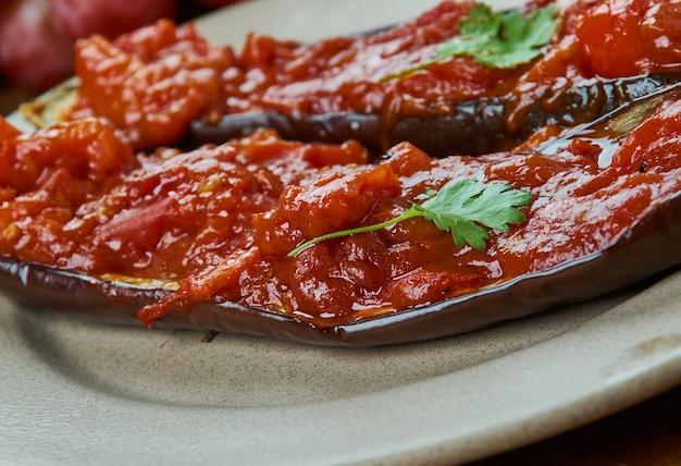Aubergine farcie arménienne, cuisine arménienne, plats traditionnels assortis, vue de dessus.