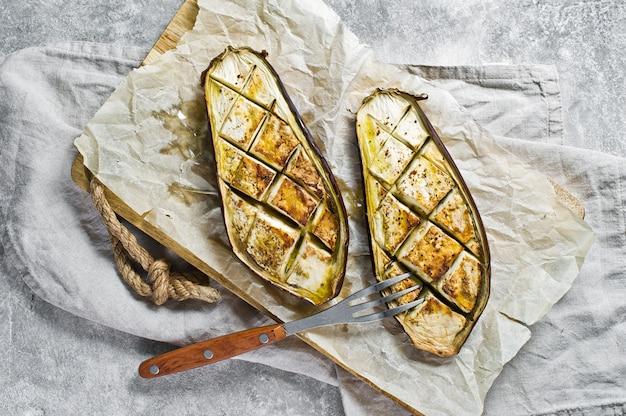 Aubergines cuites le concept de la cuisine végétalienne