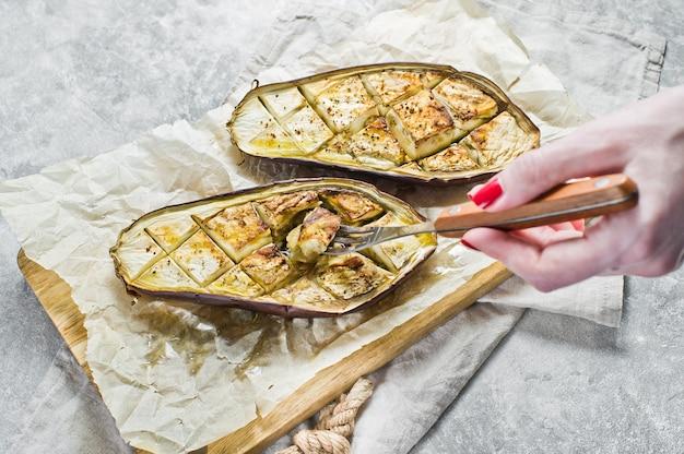 Aubergines épicées grillées des aliments sains et équilibrés