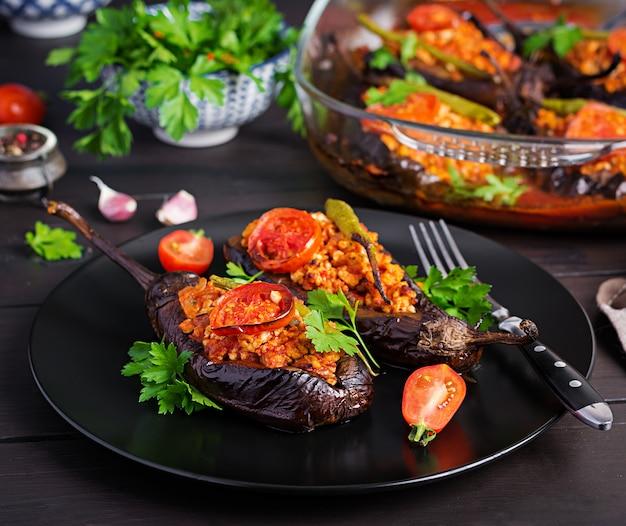 Aubergines farcies à la turque avec boeuf haché et légumes cuits à la sauce tomate