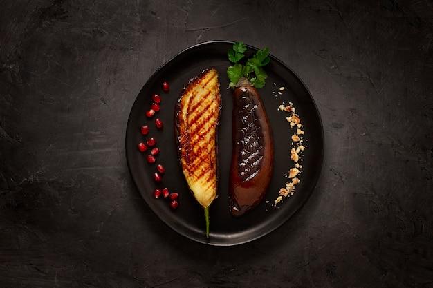 Aubergines frites grillées sur fond noir horizontal pas de gens