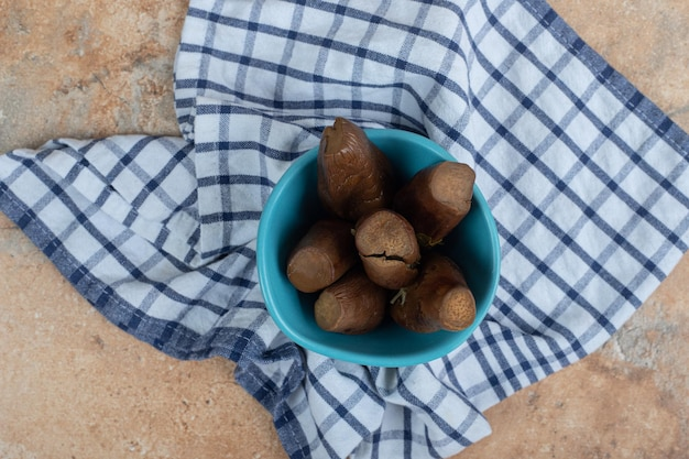 Aubergines marinées farcies dans un bol bleu