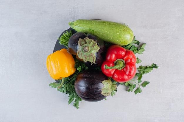 Aubergines, poivrons et persil sur pièce en bois. photo de haute qualité