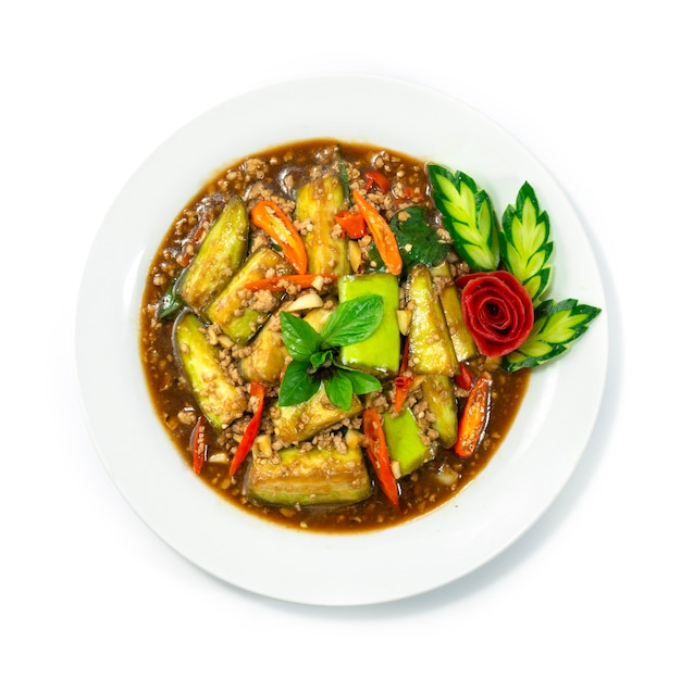 Aubergines sautées avec du porc haché, du piment, du basilic sucré à la thaïlandaise décorer des légumes sculptés topview