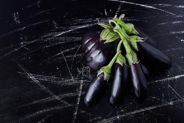 Aubergines violettes sur fond noir