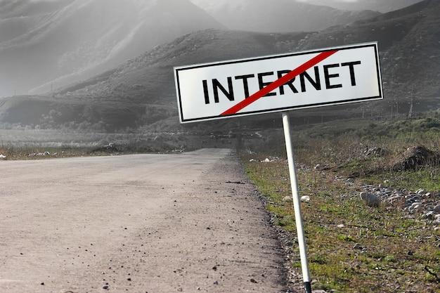 Aucun concept de connexion internet. la route et le panneau routier ont barré le mot internet.