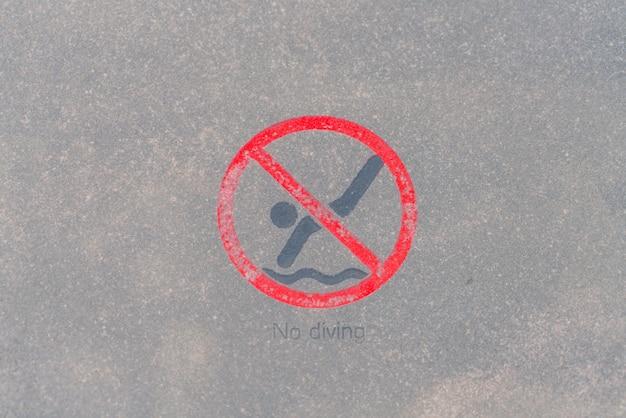Aucun panneau d'avertissement de plongée au bord de la piscine.