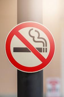 Aucun signe de fumer sur fond de lieu public